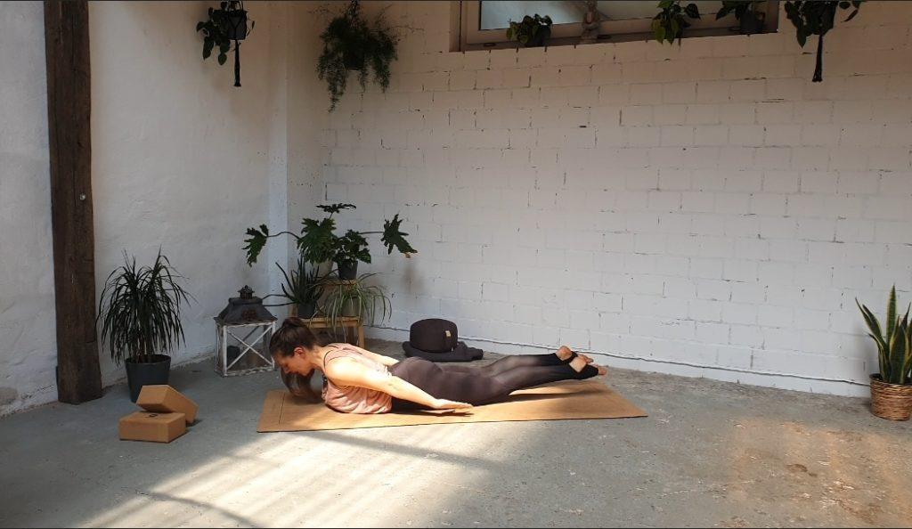 Salabhasana Heuschrecke Yoga Position Rückbeugen